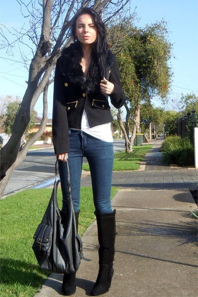 Ankle Boots with Skinny Jeans: Obviously, a pair of ankle boots and skinny jeans are your best friend. These two fashion staples are a match made in heaven because these jeans hug your body and your legs perfectly, as well are a great complement to the height of the boots.