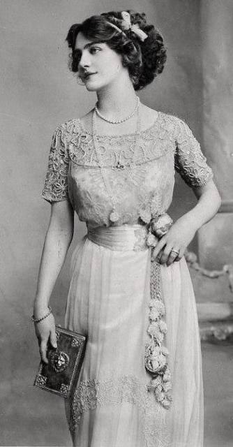 Victorian Era Fashion: Historic Clothing