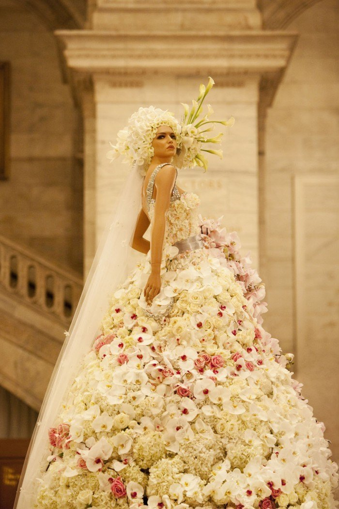Dresses made up of real flowers you didn 39 t know for Wedding dress made of flowers