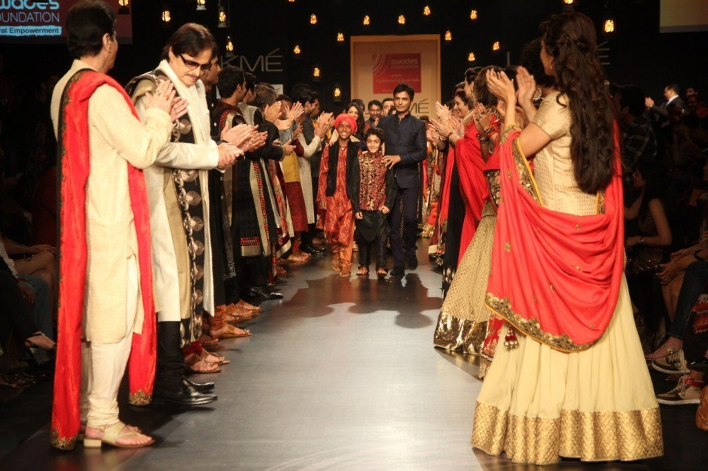 Designer Vikram Phadnis withhis Bollywood Celebs walking the ramp