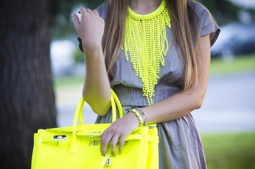 outfit fluo borsa