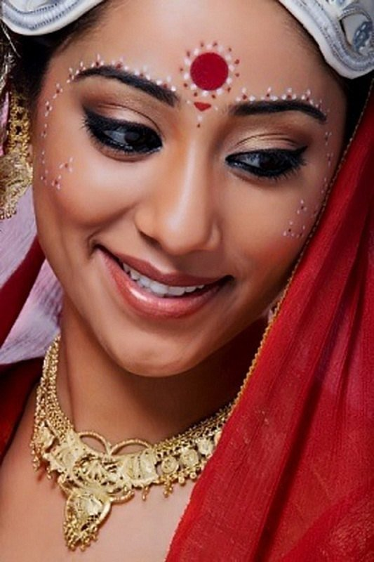 Traditional Bridal Makeup Looks : The Complete Hindu Attire of An Indian Woman