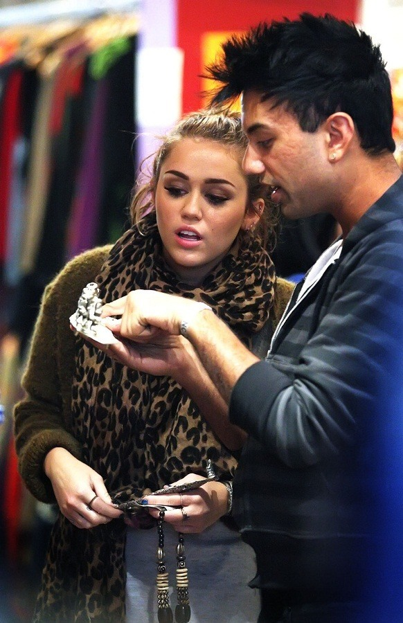 miley-cyrus-in-leopard-scarf
