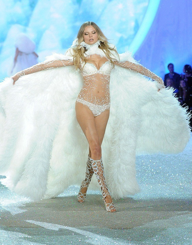 Magdalena-Frackowiak-at-2013-Victoria's-Secret-Fashion-Show