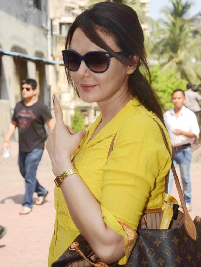 Preity-Zinta-at-polling-booth-voting-for-Loksabha-Elections-2014-in-Mumbai--2-