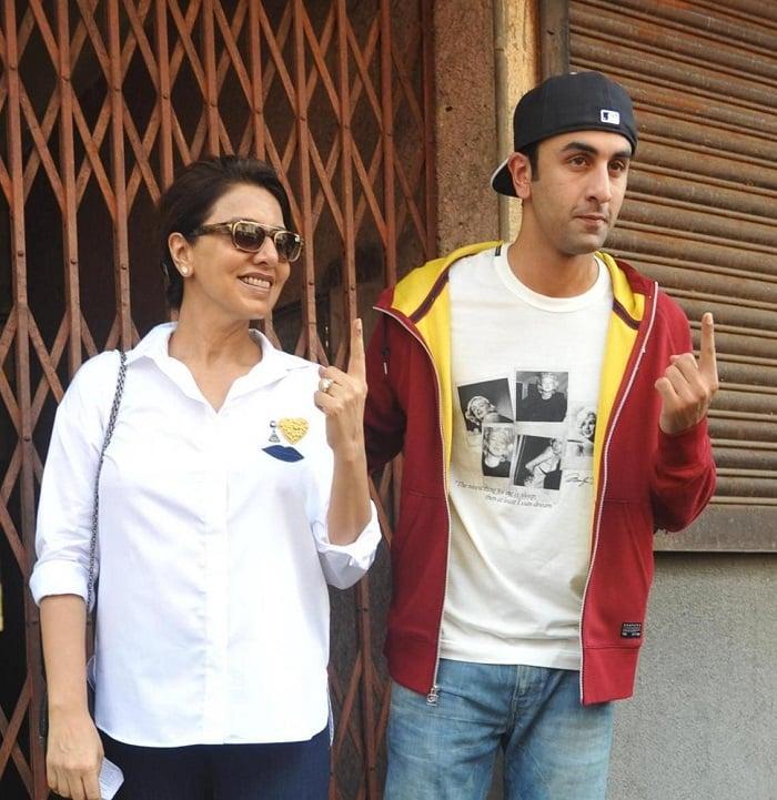 Ranbir-Kapoor-with-mother-Neetu-Kapoor-polling-booth-voting-for-Loksabha-Elections-2014-in-Mumbai--3-