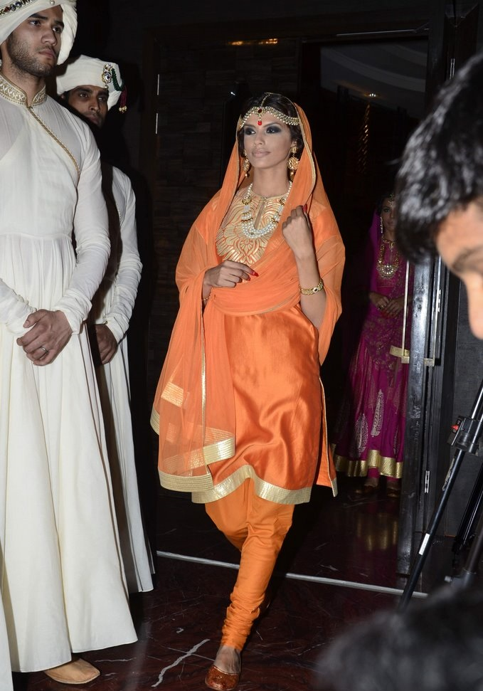 shraddha-kapoor-walks-for-rohit-bal-jabong-010