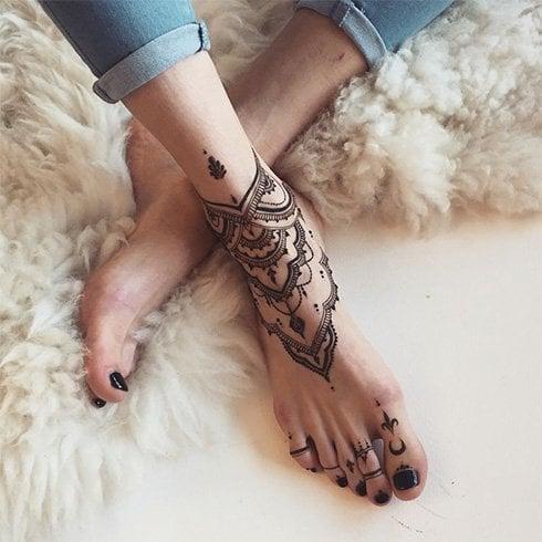 Simple Mehandi Designs on Legs