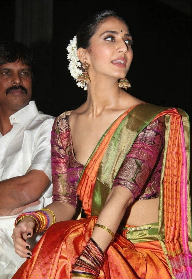 Vani Kapoor in Saree Blouse Malfunction