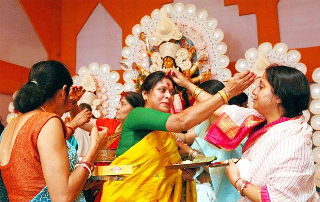 Bengali women celebrate this-day-by-putting sindoor