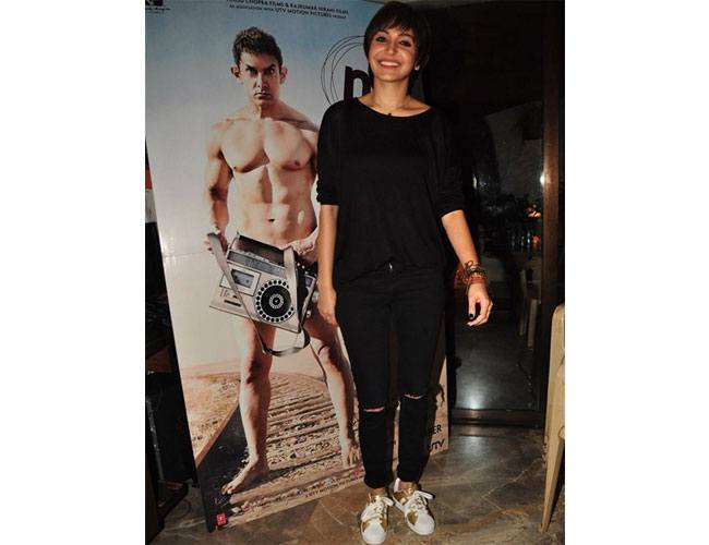 Anushka-Sharma-in-an-all-black-look-at-the-PK-poster-launch