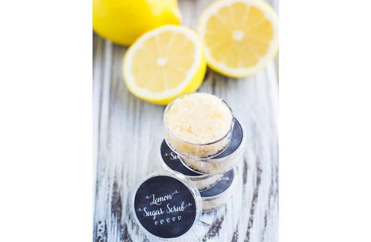 DIY Honey lemon lip scrub