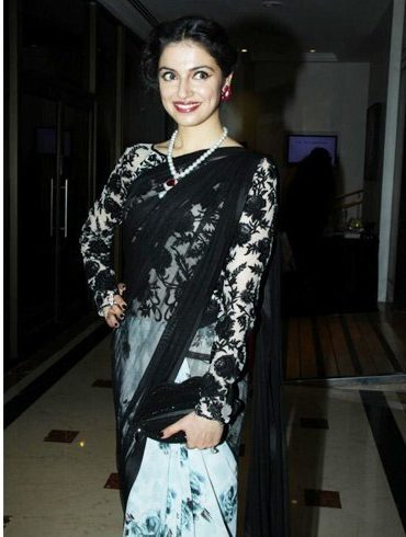 Divya Khosla Kumar in a boat neck blouse pattern