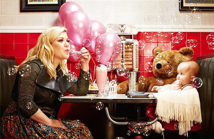 Kelly Clarkson enjoying with her daughter