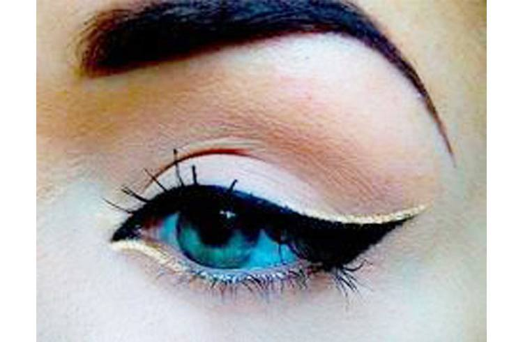 Black cat eye look
