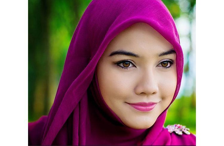 Lip makeup with hijab
