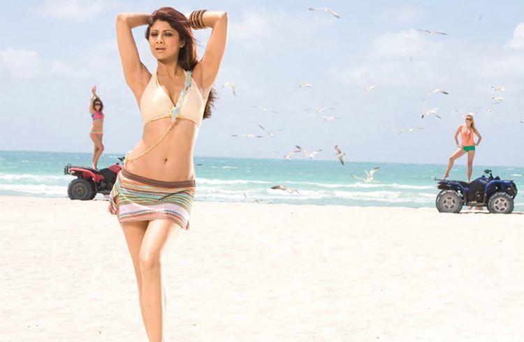 Shilpa Shetty bikini in Dostana