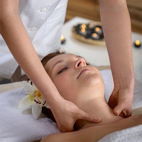 Tipps für einen jünger aussehenden Hals - befeuchten, peelen, schützen