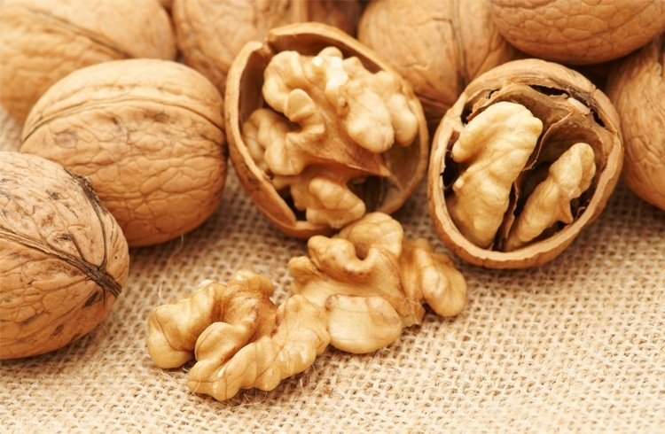 Walnuts for curly hair