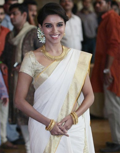 Asin wearing gold jewellery