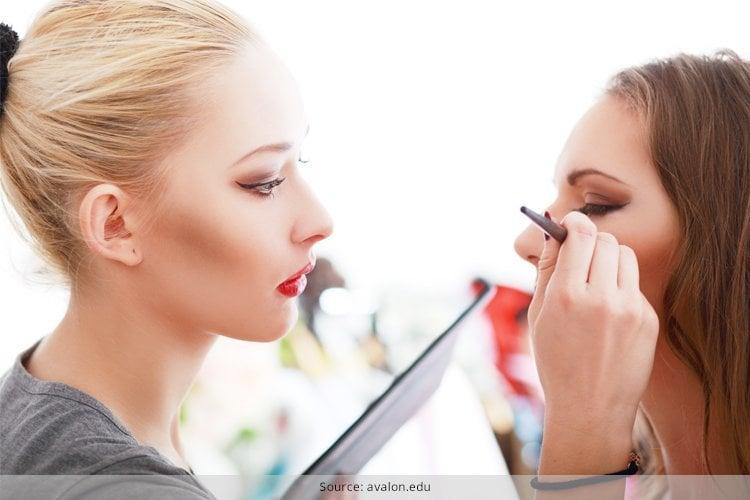 Einfache Make-up-Tricks, die Ihr Maskenbildner Ihnen niemals sagen würde