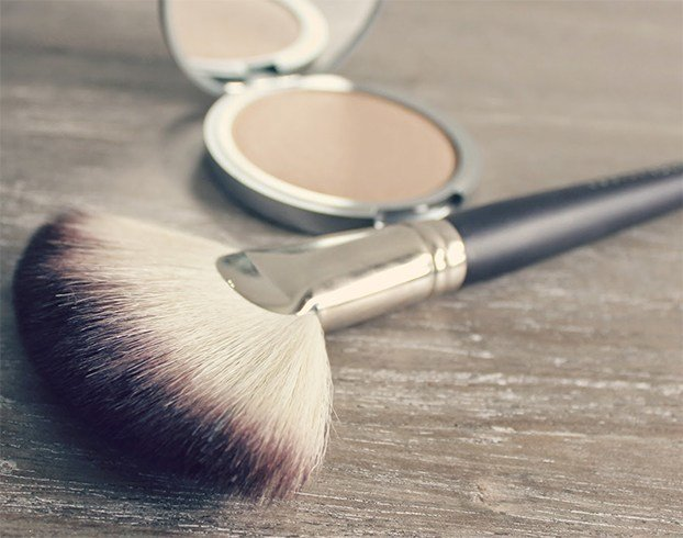 How to apply bronzer with a fan brush