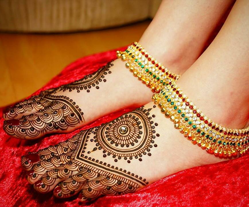 beautiful mehandi designs for feet