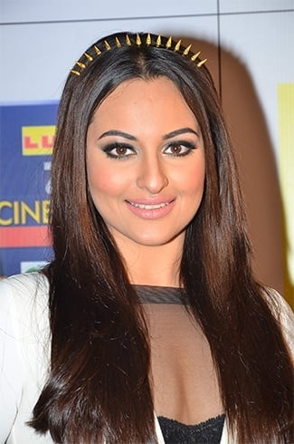 Sonakshi Sinhsa in amrapali hair band
