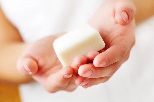 Selbst gemachte Kokosnuss-Öl-Lotion-Bar für trockene Haut