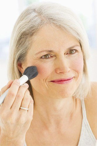 5 Professional Makeup Tips For Older Women Who Use Minimal ...