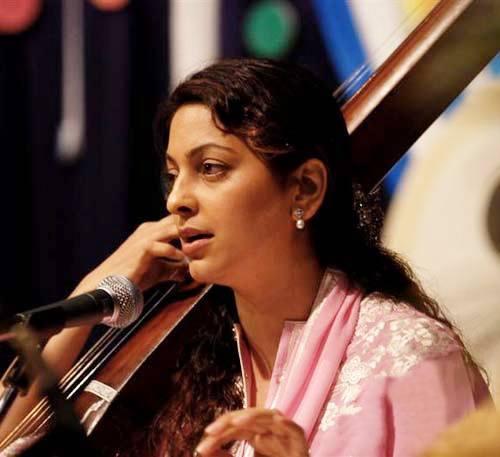 Juhi Chawla Singing