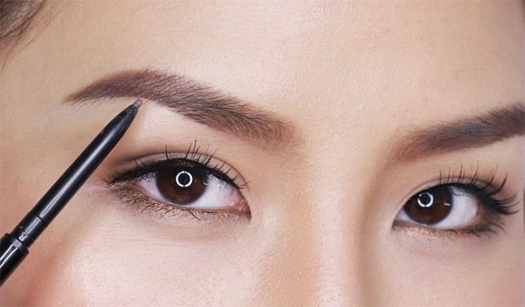 bold eyebrows fashion
