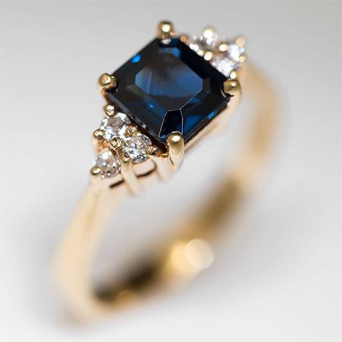 Plain sapphire with daimond ring