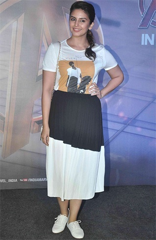 Huma Qureshi in White Sneakers