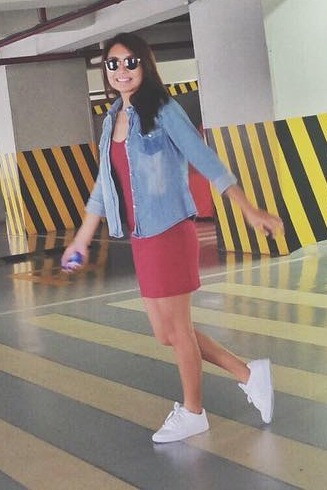 Kathryn Bernardo in White Sneakers
