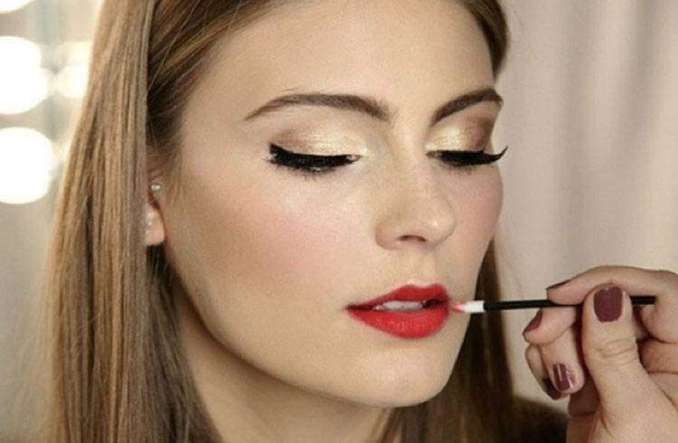 Use Lipstick Brush To Paint On Your Red Lipstick