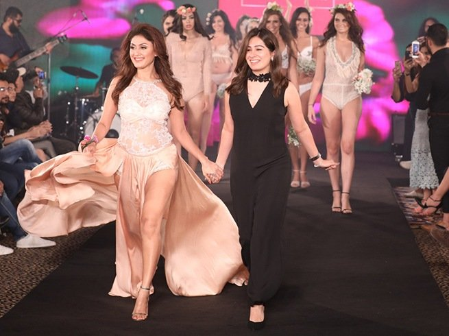 Manjari Fadnis as showstopper for Karishma Jumani at IIFW