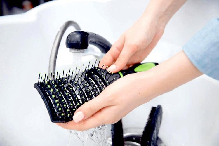 Cómo limpiar un cepillo para el cabello